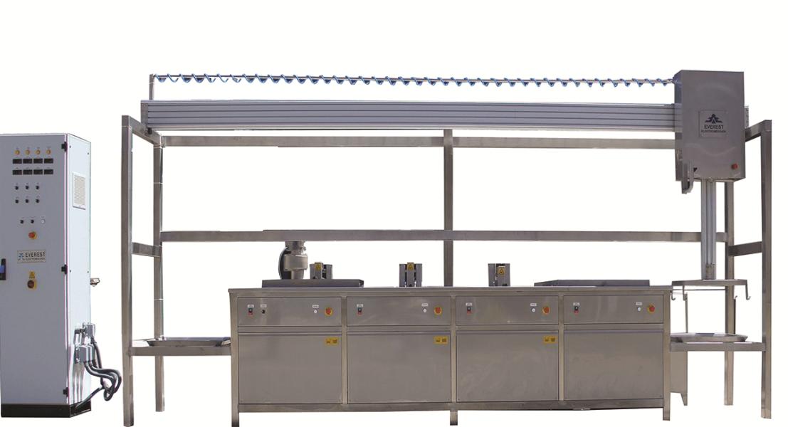 Lavadora de piezas por ultrasonidos con cestas y manipulación neumática 1