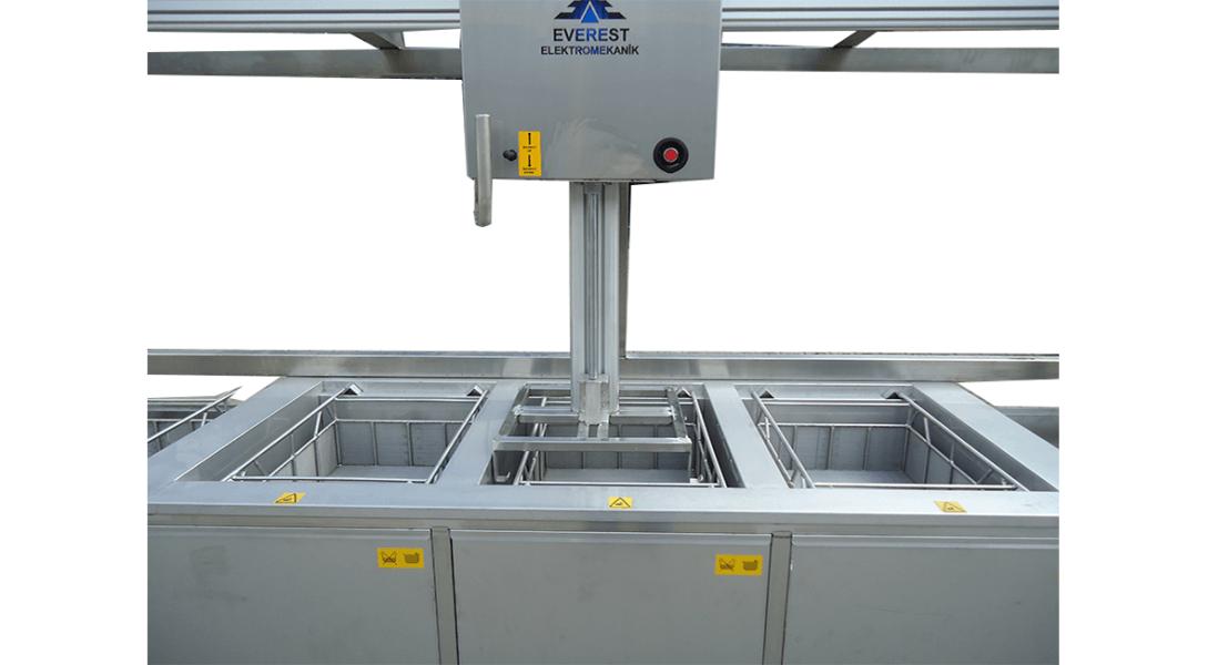Lavadora de piezas por ultrasonidos con cestas y manipulación neumática 3