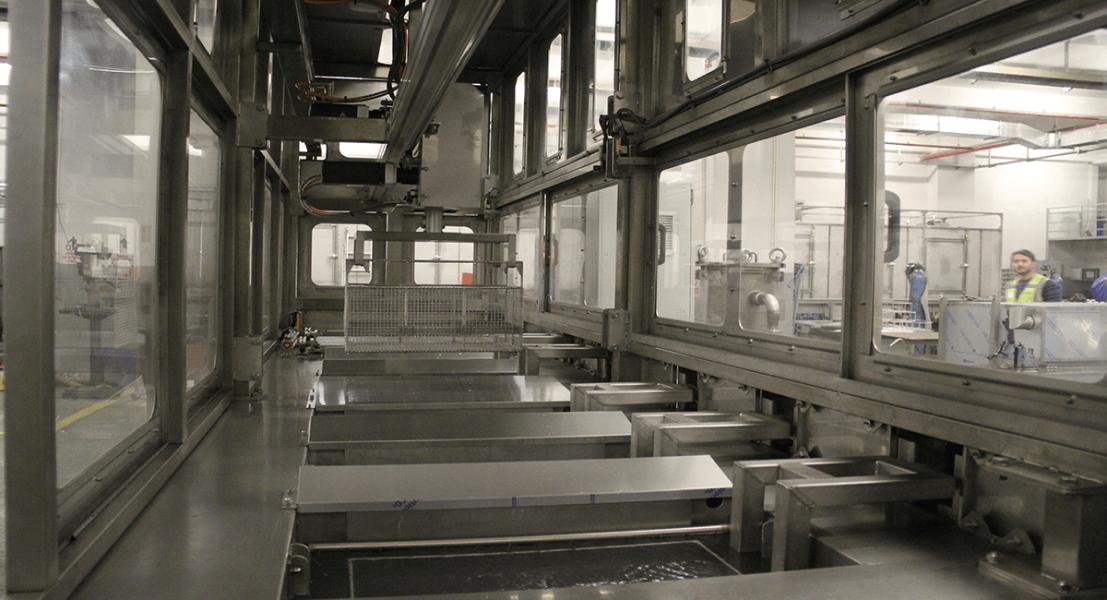 Máquinas de limpieza y lavadoras industriales de piezas multietapa con sistema automático de manipulación 6